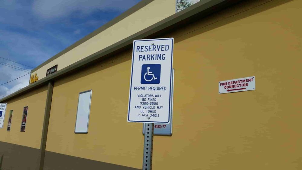アメリカ グアム 駐車場 車椅子スペース