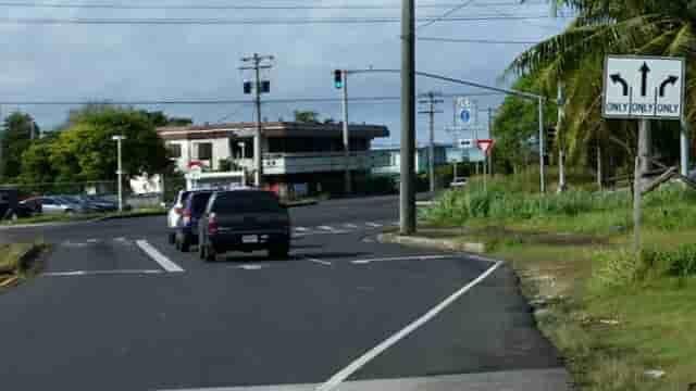 アメリカ グアム 標識 進行方向別通行区分