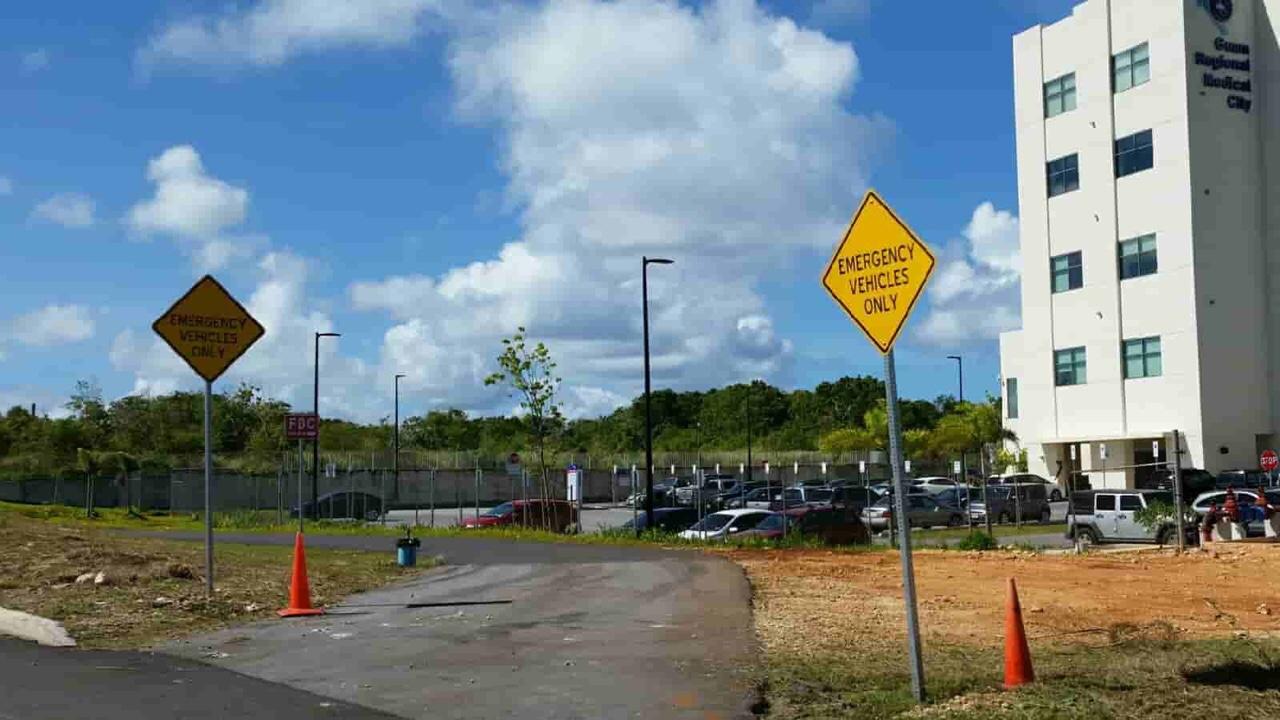 アメリカ グアム 標識 Emergency Vehicles Only