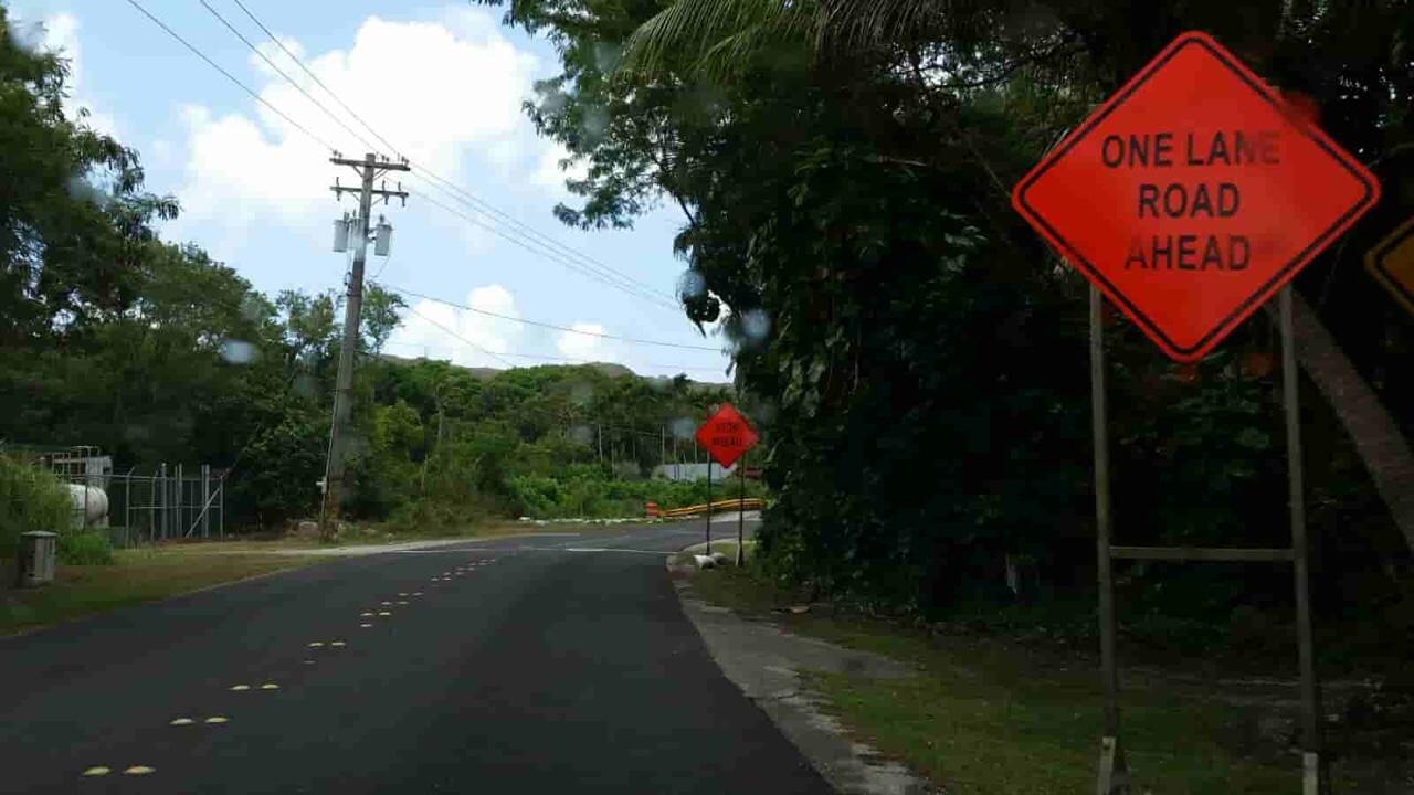 アメリカ グアム 標識 One Lane Road Ahead