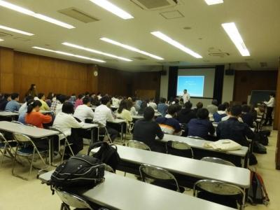 講堂で内藤先生のお話