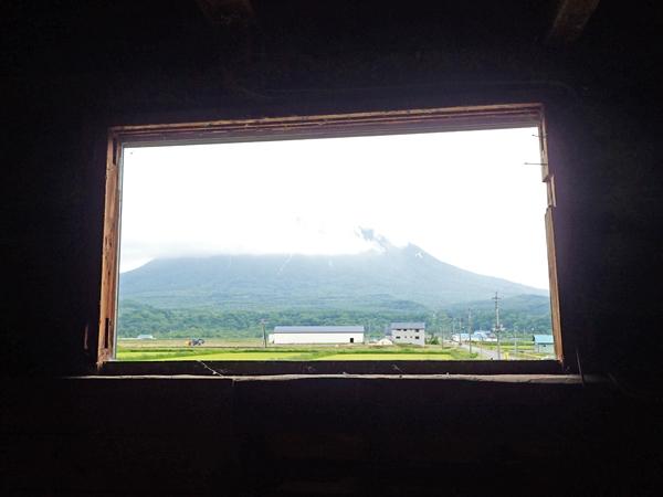 納屋の窓から羊蹄山01