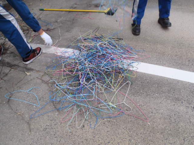 カラスの巣に使われたハンガー(1)