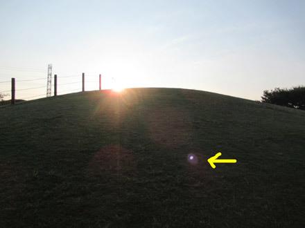 丘にアヤシイ光