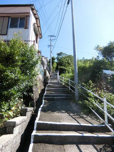 コチラの階段を・・・、
