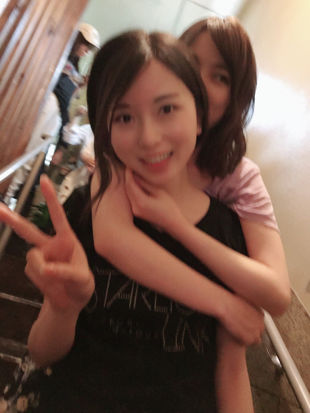 伊藤かりんブログ「第380話 ご飯会の報告。福岡編。」琴子に抱きつくいくちゃん。