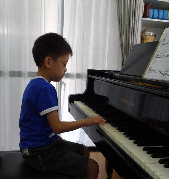 幼児のピアノレッスン