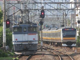 1753レのEF65-2088号機と横を通過する南武線E233系
