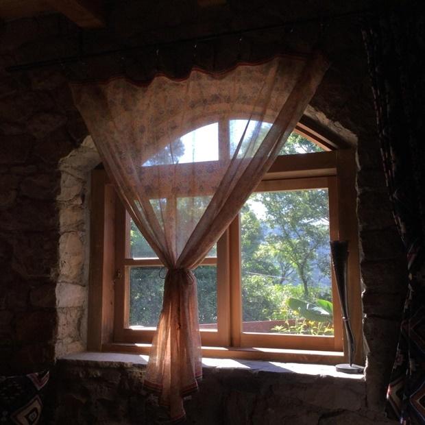 コテージの石造りのアーチ窓