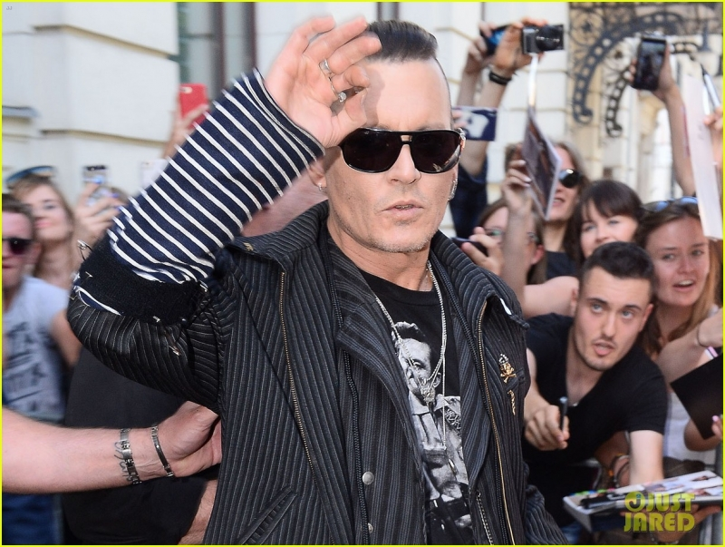 johnny-depp-waves-to-fans-warsaw-01.jpg