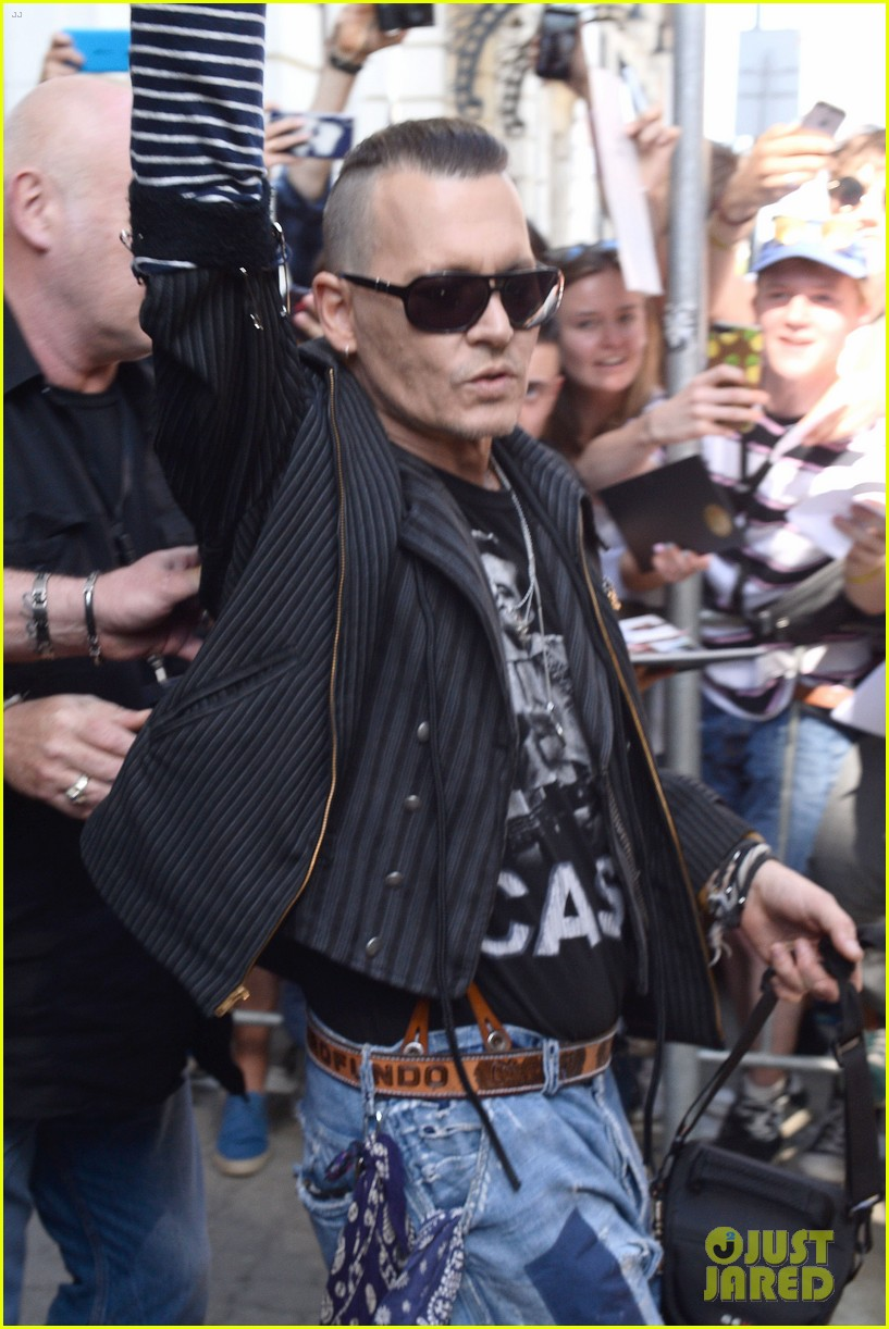 johnny-depp-waves-to-fans-warsaw-02.jpg