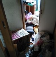 玄関から机がある部屋を見る・・・