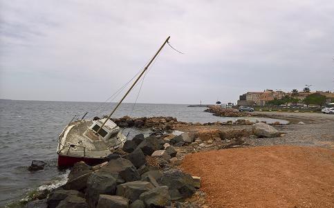 モンペリエっ子 艫綱が切れて座礁した舟