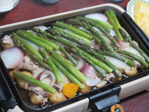 豚肉と北海道アスパラのバター蒸し