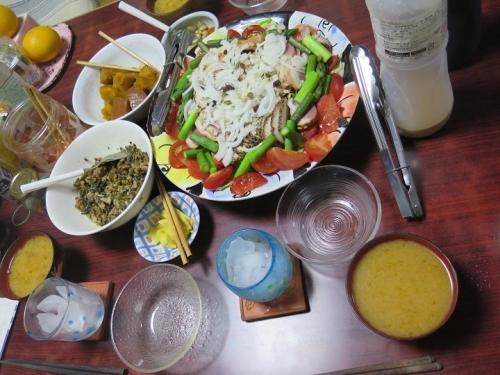 アスパラ入りサラダ、カボチャの味噌汁、大根葉と豚肉の味噌煮
