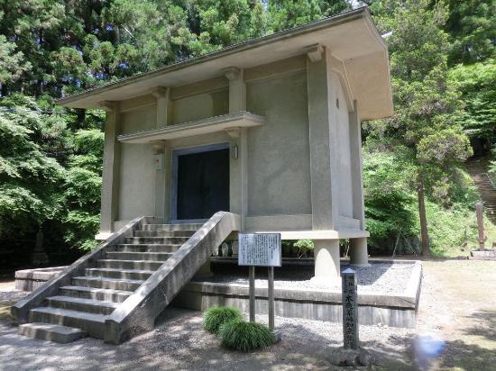 薬師如来像が安置される、黒石寺収蔵庫