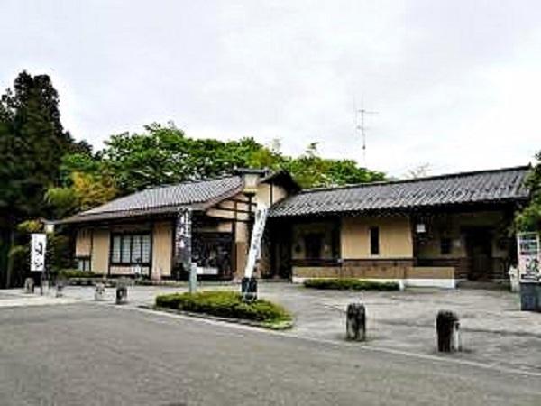 黒石寺の門前にある茶店・土産物店