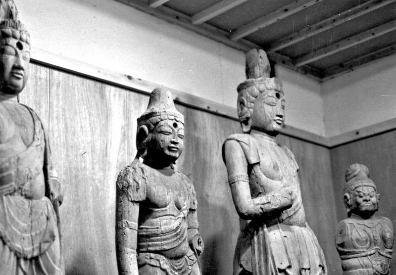 古保利薬師堂 旧収蔵庫内の安置仏像~昭和47年(1972)撮影写真