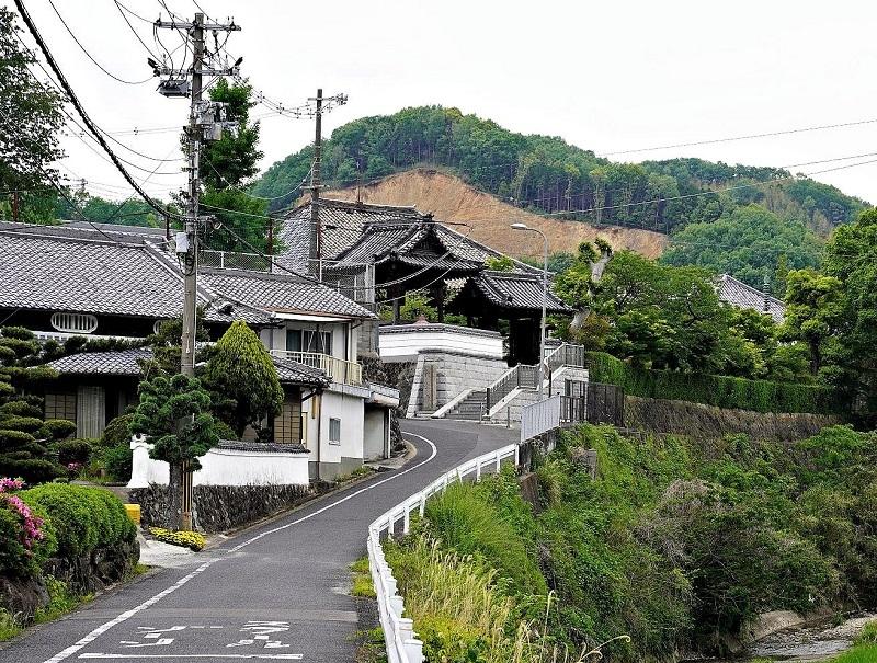 孝恩寺への道