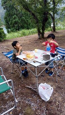 九頭竜湖畔の前で夕食