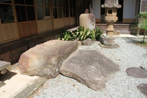 巨大な靴脱ぎ石