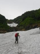 雪渓を登る