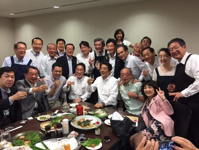 安倍首相も出席した豪雨災害予報中の「赤坂自民亭」の宴会写真