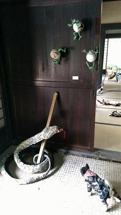 ヘビににらまれたカエル?