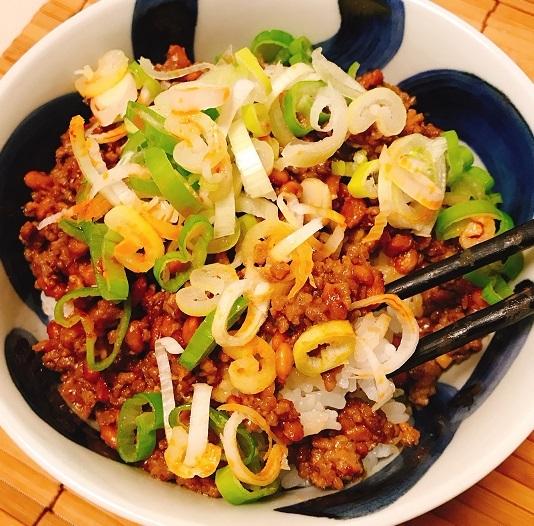 ピリ辛肉みそ隠れ納豆丼9