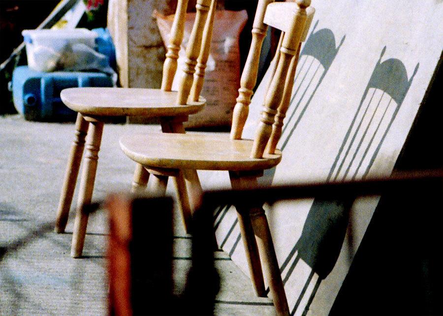 二つの椅子の影