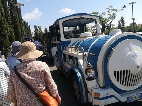 3 SLの形をした連結自動車でピサへ向かう