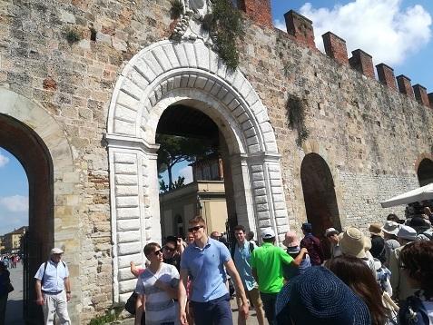 5 城壁の横を歩いてビサへ向かう