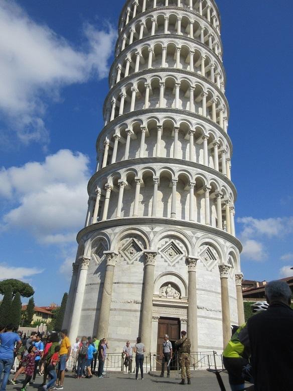 16 ピサの斜塔へ登る