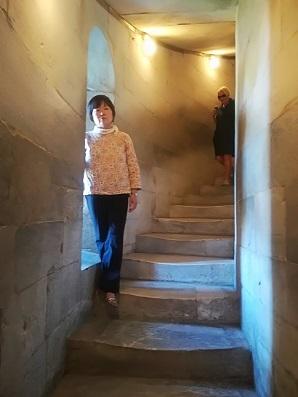 20 周囲に配置されている螺旋階段を登る