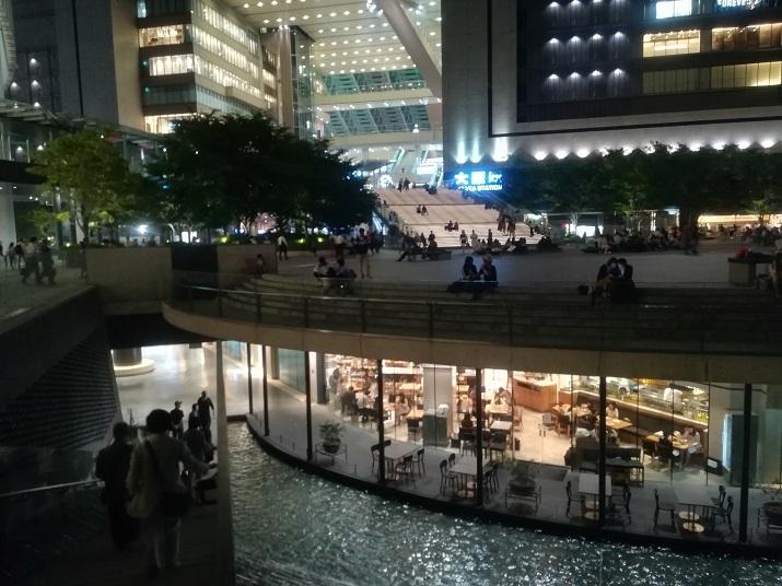 12 正面は大阪駅