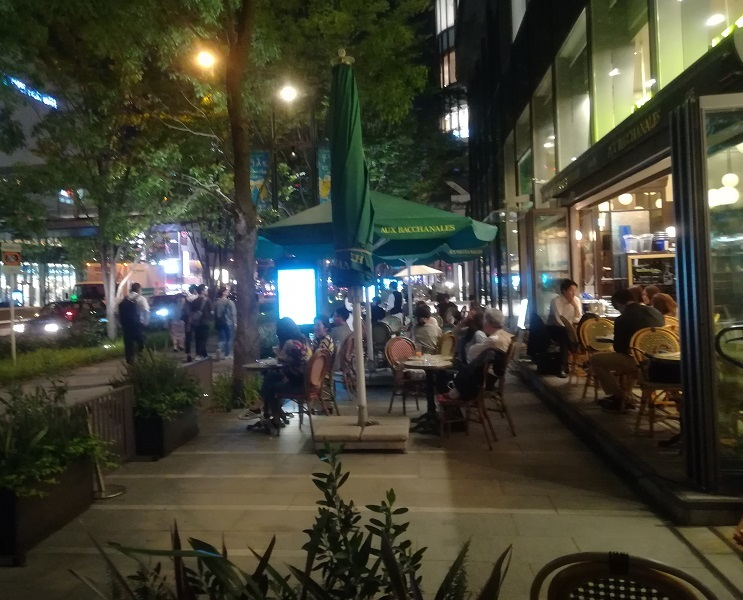9 グランテロント大阪のケヤキ並木・オープンカフェ