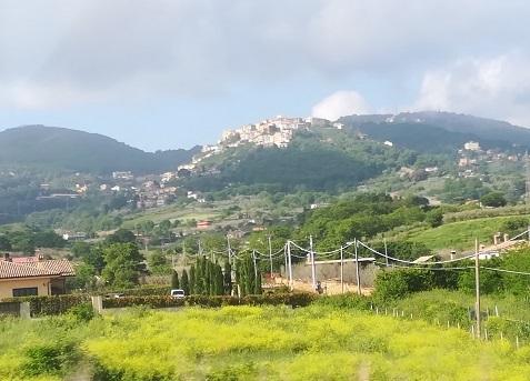 7 高速道路のバスからの景色 城塞の街