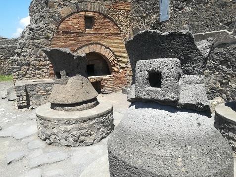 27 石臼とパン窯