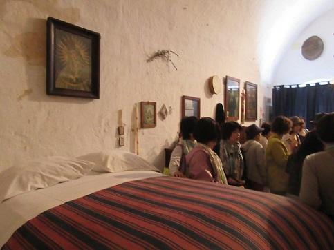 17 洞窟住宅の内部ベットは背が高い