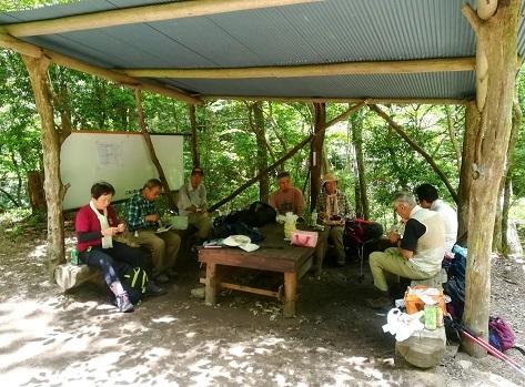 11 岩窟滝の近くで昼食