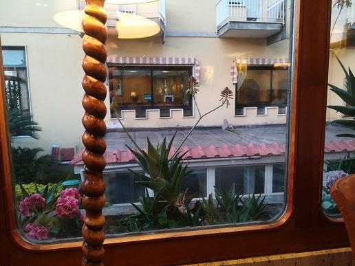 25 ナポリのホテルのレストランでの夕食