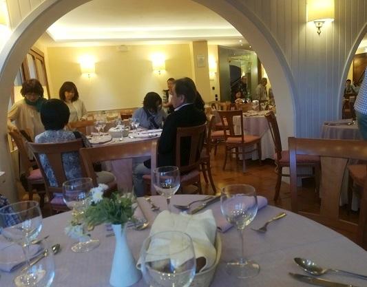 26 ナポリのホテルのレストランでの夕食