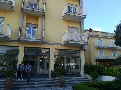 2 ナポリのホテル玄関