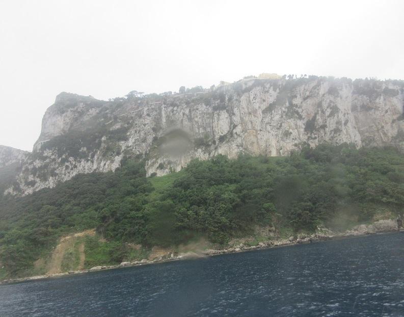 22 カプリ島の断崖の上の住居と道路