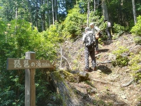 5 琵琶の滝へ向かう