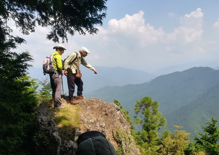 19 大所山直下の展望岩頭に立つ