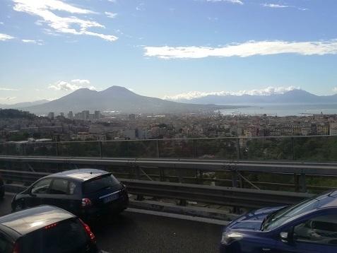2 ナポリを後に、遠くにベスビオス山
