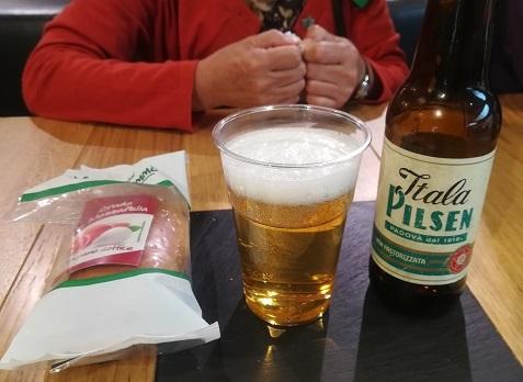 25 ビールを飲む