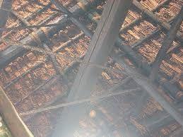 囲炉裏の煙で防虫効果もある藁葺屋根