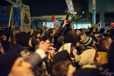 結団する デモ 抗議